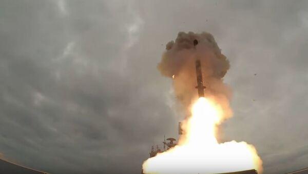 Lanzamiento de un misil Kalibr desde la fragata Almirante Essen - Sputnik Mundo