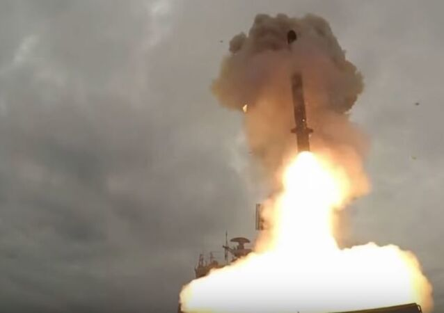 Lanzamiento de un misil Kalibr desde la fragata Almirante Essen