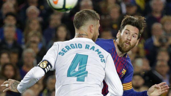 El capitán del Real Madrid, Sergio Ramos, y el capitán del Barcelona, Lionel Messi, durante 'El Clásico' - Sputnik Mundo