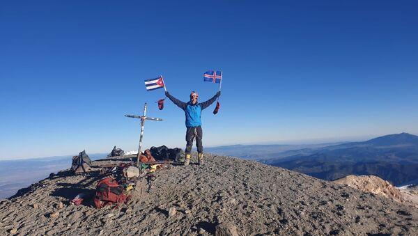 El cubano Yandy Núñez en la cima de México con las banderas de Islandia y Cuba - Sputnik Mundo