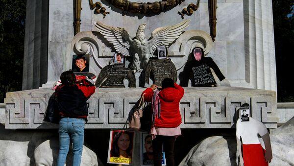 Protestan los familiares de los desaparecidos en el Hemiciclo a Juárez de la Ciudad de México - Sputnik Mundo