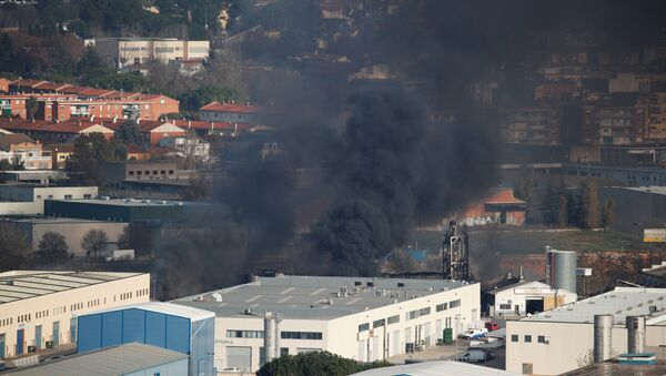 Incendio en la planta química en Barcelona, España - Sputnik Mundo