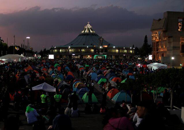 Peregrinos cerca de la Basílica de la Ciudad de México en la celebración anual de la Virgen de Guadalupe