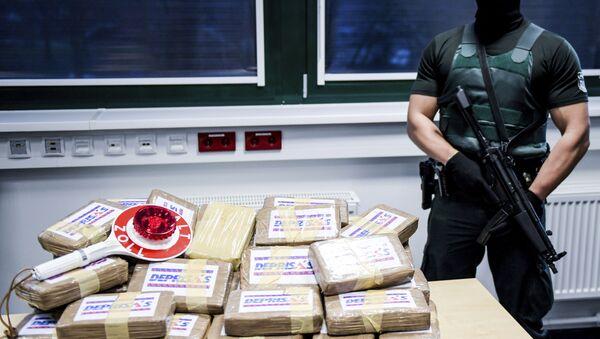 Un oficial con un cargo de cocaína (archivo) - Sputnik Mundo