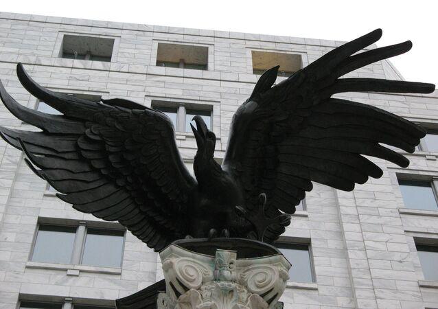 La estatua del águila cerca de la Reserva Federal de EEUU