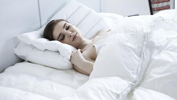 Una mujer duerme - Sputnik Mundo