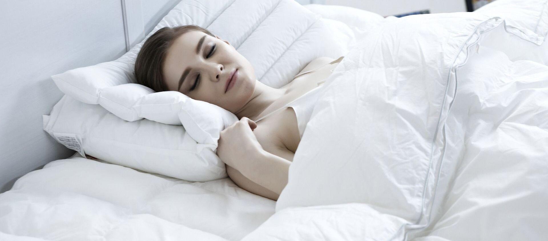 Una mujer duerme - Sputnik Mundo, 1920, 18.01.2021