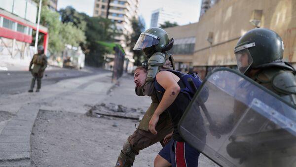La Policía chilena durante las protestas en el país - Sputnik Mundo