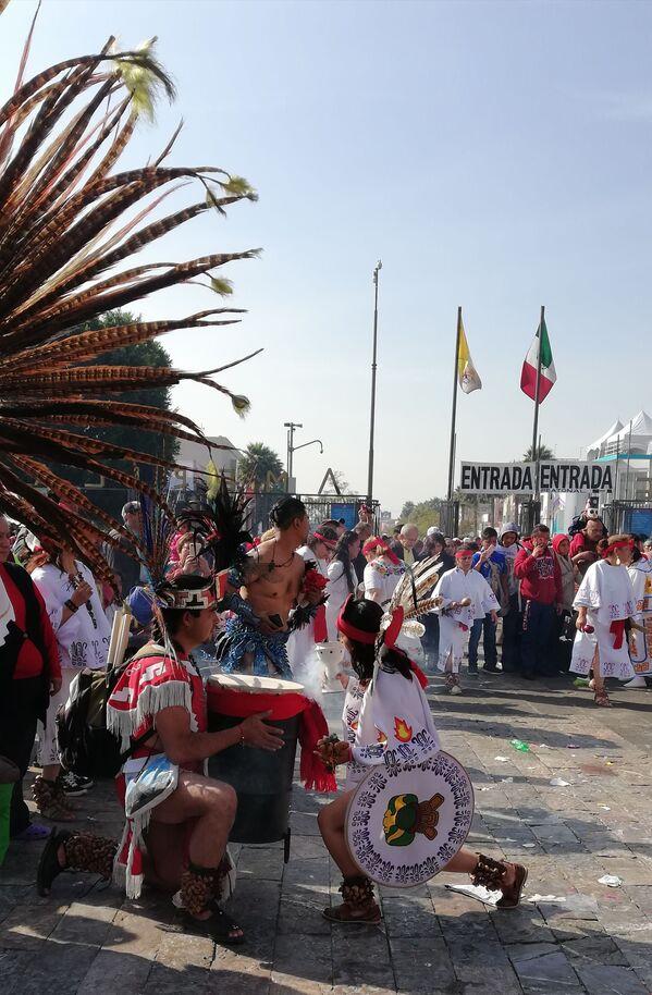 Peregrinos y danzantes: México celebra el día de la Virgen de Guadalupe - Sputnik Mundo