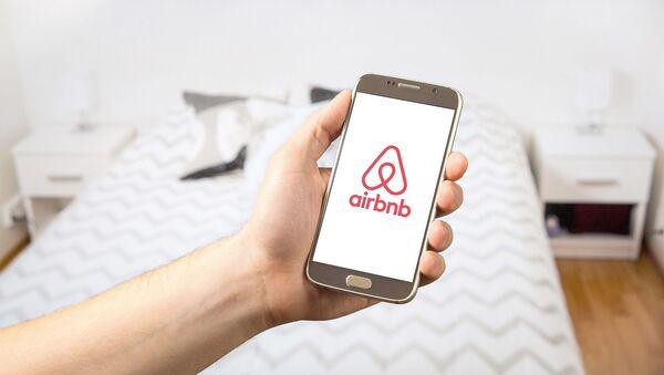 Logo de Airbnb  - Sputnik Mundo