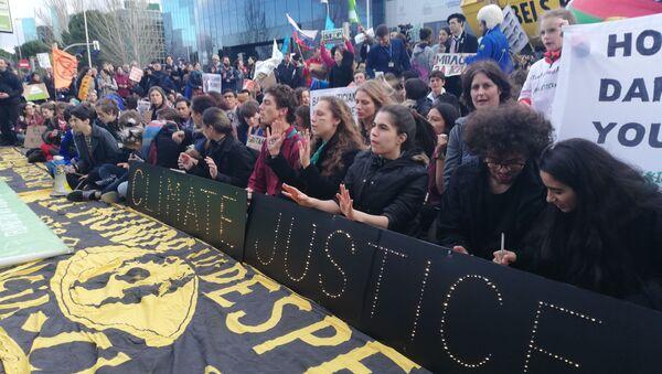 Protestas cerca del recinto ferial de la COP25 en Madrid - Sputnik Mundo