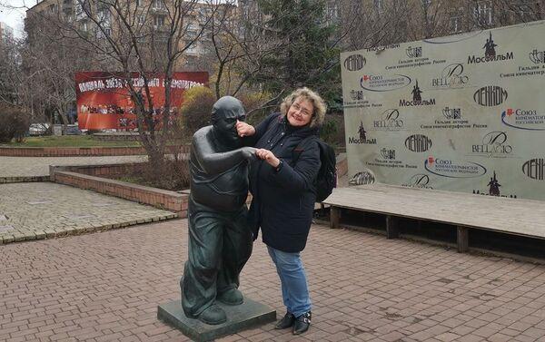 Silvana Jarmoluk Stroganova en el monumento al actor Yevgeny Leonov - Sputnik Mundo