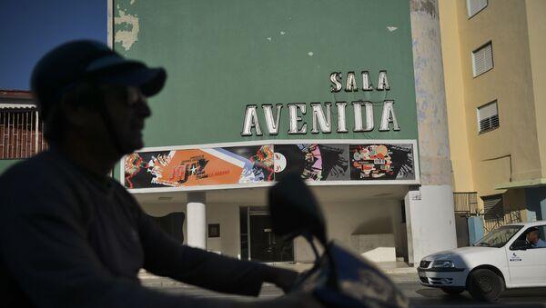 Un motociclista pasa por la Avenida Cínema en la Habana - Sputnik Mundo