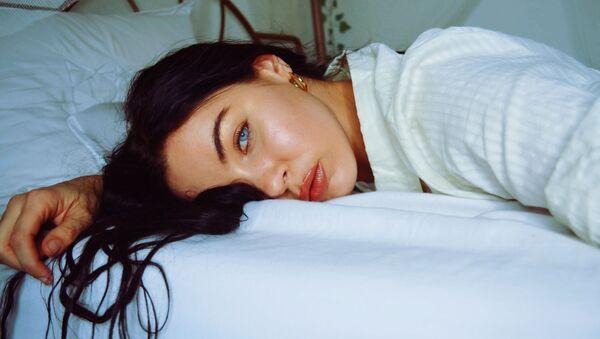 Una mujer en la cama - Sputnik Mundo