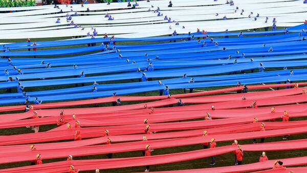 Escolares rusos apoyan los deportistas del país con una bandera de 100 metros - Sputnik Mundo