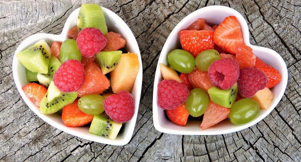 Frutas en recipientes en forma de corazón