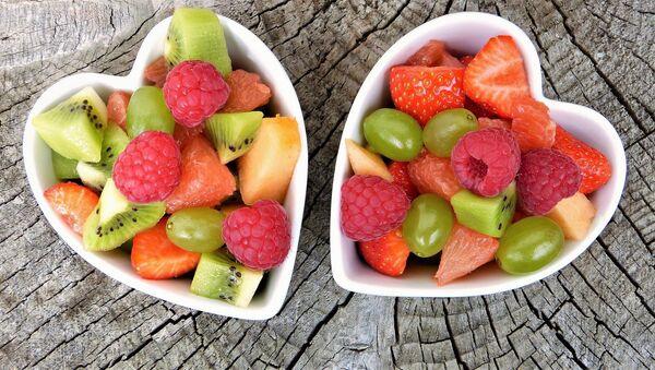 Frutas en recipientes en forma de corazón - Sputnik Mundo