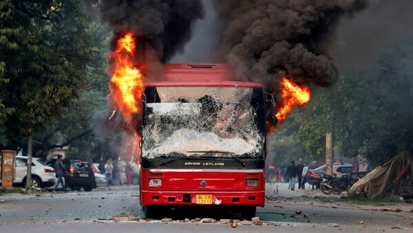 Los manifestantes prenden fuego a un autobús en el sureste de Nueva Delhi - Sputnik Mundo