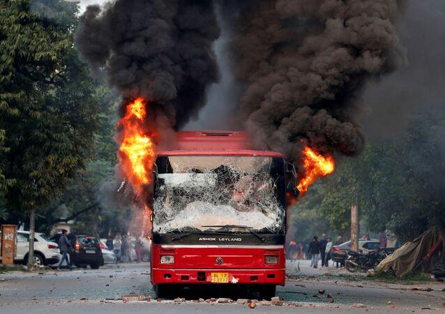Los manifestantes prenden fuego a un autobús en el sureste de Nueva Delhi