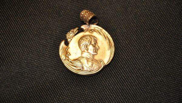 Un medallón con la imagen de Napoleón Bonaparte - Sputnik Mundo