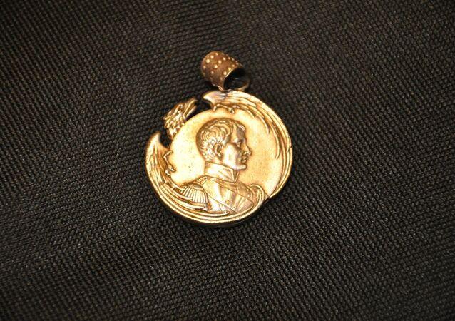 Un medallón con la imagen de Napoleón Bonaparte