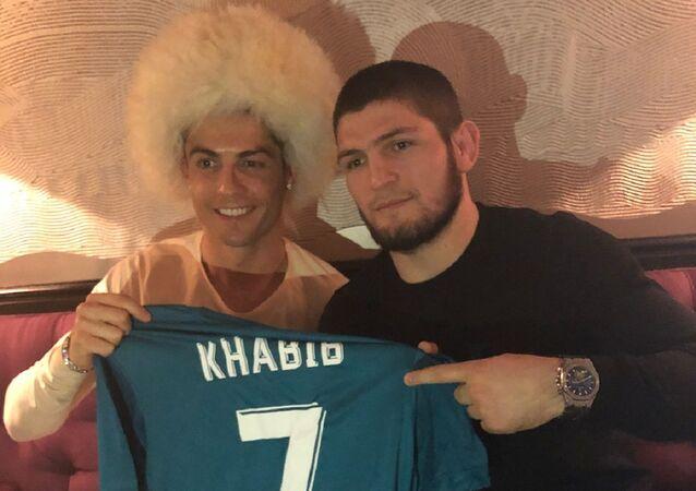 Cristiano Ronaldo y Khabib Nurmagomedov (archivo)