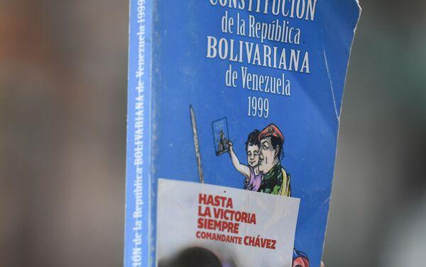 Un ejemplar de la Constitución de Venezuela - Sputnik Mundo