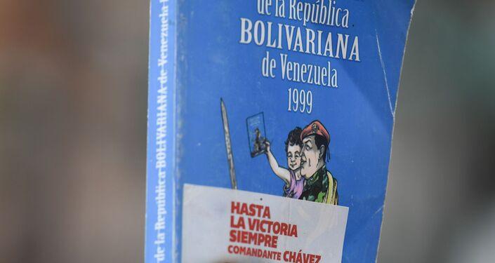 Un ejemplar de la Constitución de Venezuela