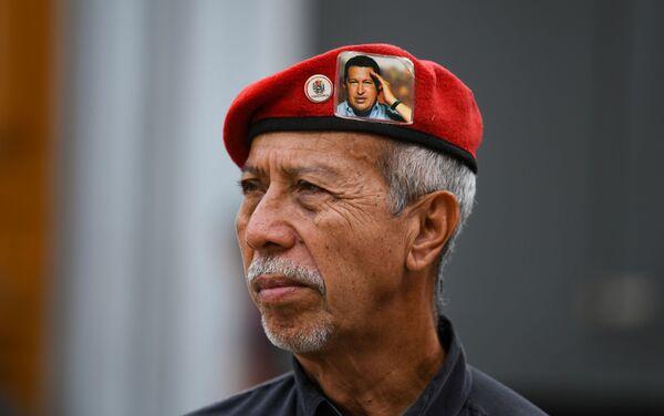 Un seguidor de Hugo Chávez durante la celebración del 20 aniversario de la creación de la Constitución venezolana - Sputnik Mundo
