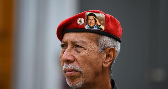 Un seguidor de Hugo Chávez durante la celebración del 20 aniversario de la creación de la Constitución venezolana