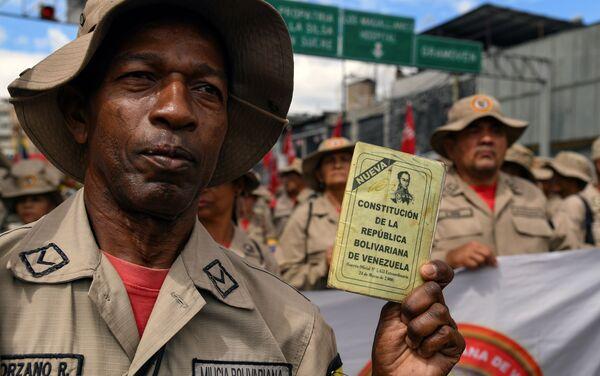 Un miembro de la Milicia Bolivariana durante la celebración del 20 aniversario de la creación de la Constitución venezolana - Sputnik Mundo