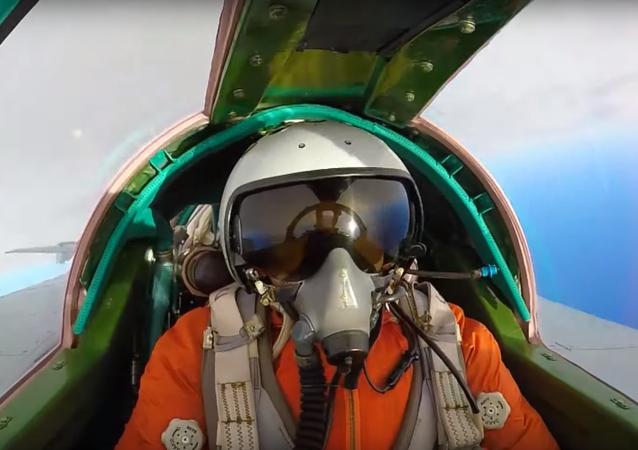 Un piloto participa de maniobras con un MiG-31BM en Kamchatka