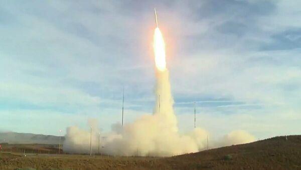 Lanzamiento del misil estadounidense de mediano alcance desde la base Vandenberg - Sputnik Mundo