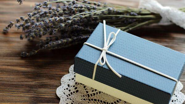 Un regalo en una caja de cartón. Imagen referencial - Sputnik Mundo