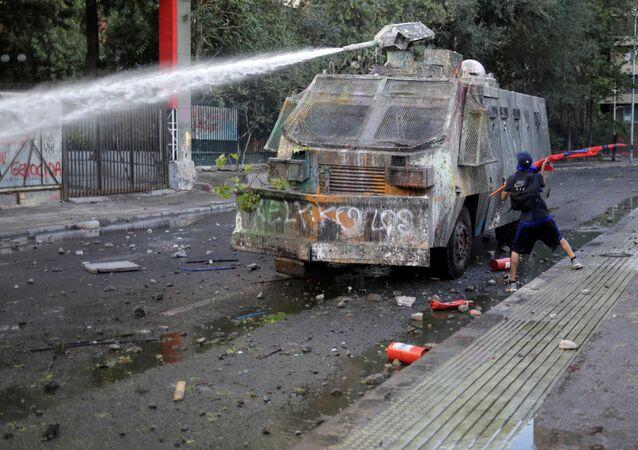 Un carro lanzaguas durante una protestas en Santiago, Chile