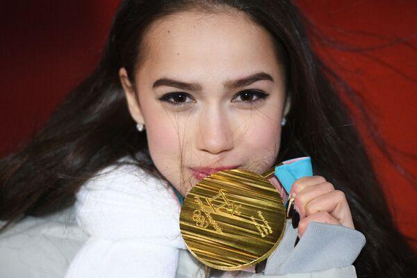 Desde Cleopatra hasta Lara Croft: así ha lucido la patinadora Alina Zaguítova sobre el hielo  - Sputnik Mundo