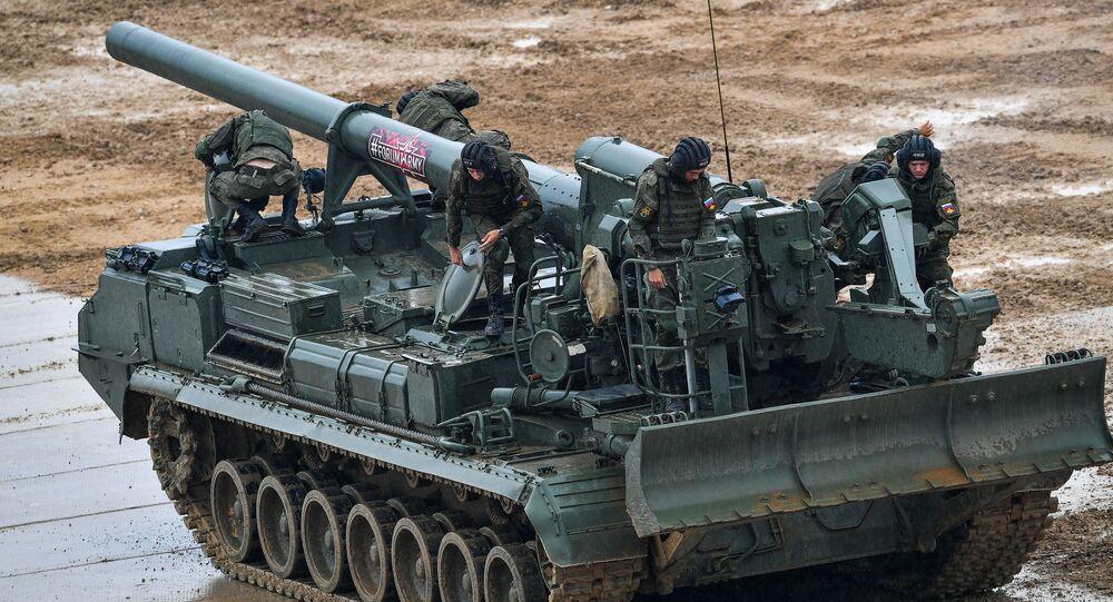 Los militares rusos en el cañón autopropulsado Malka