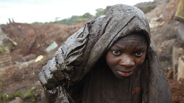 Un joven trabaja en una mina de cobalto situada en la ciudad de Likasi (República Democrática de Congo) - Sputnik Mundo