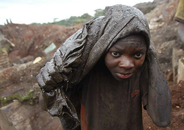 Un joven trabaja en una mina de cobalto situada en la ciudad de Likasi (República Democrática de Congo)