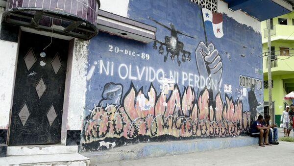 Dos hombres frente a un mural que representa la invasión estadounidense de Panamá en el barrio de Chorrillo en la ciudad de Panamá - Sputnik Mundo