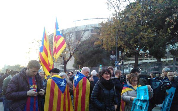 Las protestas independentistas fuera del estadio del Barça-Madrid - Sputnik Mundo