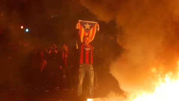 Enfrentamientos entre policías e independistas durante El Clásico en el Camp Nou, Barcelona, el 18 de diciembre de 2019 - Sputnik Mundo