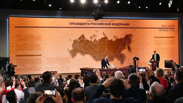 Vladímir Putin durante la gran rueda de prensa 2019 - Sputnik Mundo