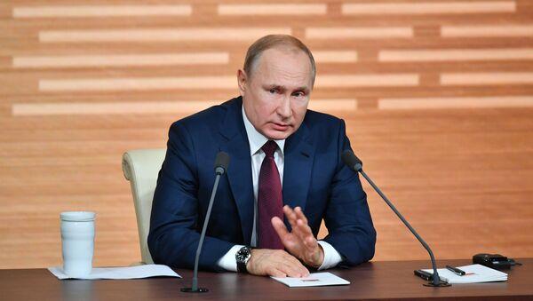 El presidente ruso, Vladímir Putin, responde las preguntas durante la gran rueda de prensa 2019 - Sputnik Mundo
