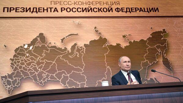 El presidente ruso Vladímir Putin responde las preguntas durante la gran rueda de prensa 2019 - Sputnik Mundo