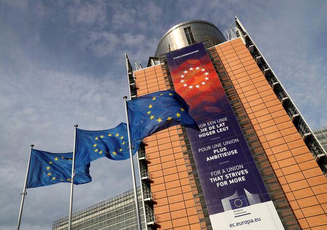 Banderas de la UE en frente de la sede de la Comisión Europea en Bruselas
