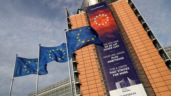 Banderas de la UE en frente de la sede de la Comisión Europea en Bruselas - Sputnik Mundo