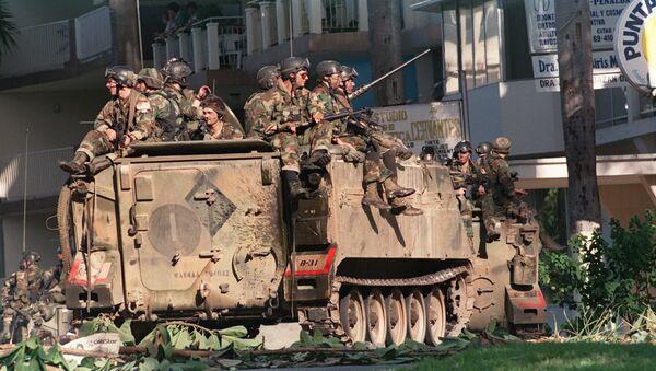 Soldados estadounidenses posicionados en una calle de Ciudad de Panamá durante la invasión de 1989 - Sputnik Mundo