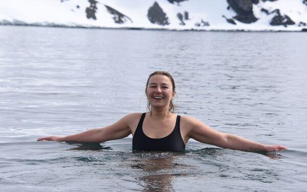 Evguenia Alechine – inmersión en agua helada - Sputnik Mundo