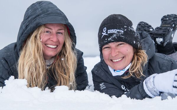 Jugando en la nieve - Julia Ward y Evguenia Alechine - Sputnik Mundo
